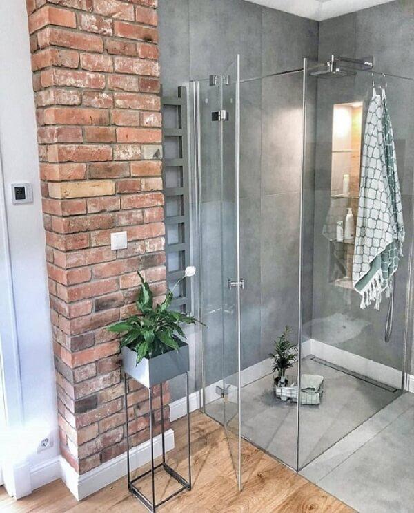 Invista em piso vinílico, cimento queimado ou mármore para ter uma casa fresca e bem arejada