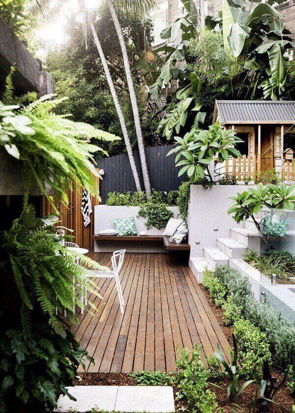 Invista na decoração do seu jardim incluindo bancos e decks de madeira