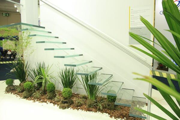 Integre a escada de vidro com o jardim de inverno