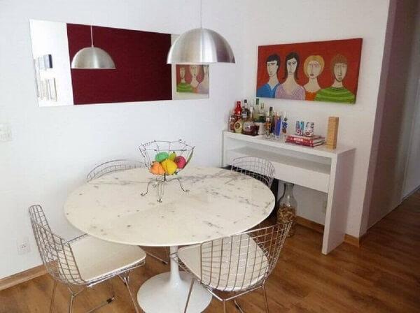 Invista em tons claros para a mesa de jantar