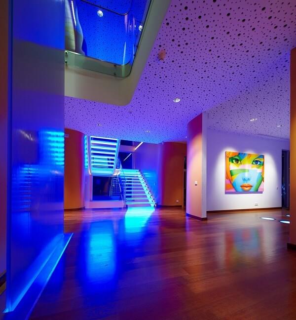 Invista em uma escada de vidro com LED, pois o resultado é incrível