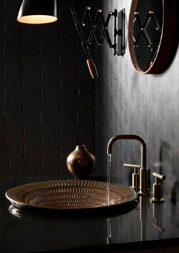 A parede preta transmite luxo e sofisticação no banheiro