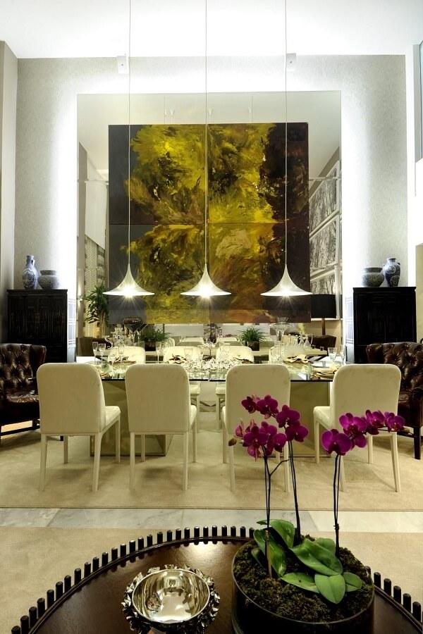 Mesa de jantar quadrada com tampo de vidro e cadeiras brancas