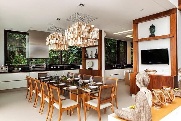 Mesa com tampo de vidro e pendentes grandes