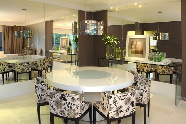 Mesa de jantar com tampo de laca e cadeiras estampadas
