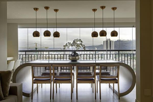 Mesa de jantar curva e cadeiras com estofado preto