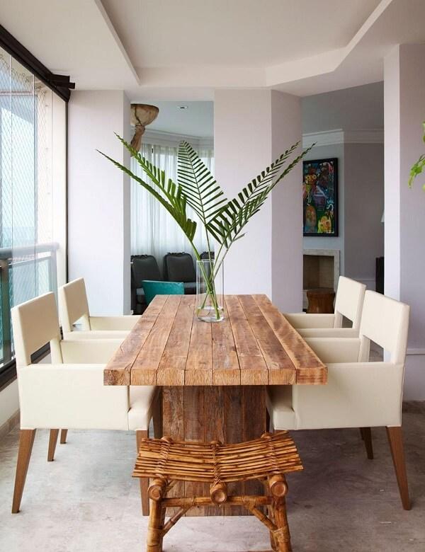Mesa de jantar de madeira e cadeiras de couro branco