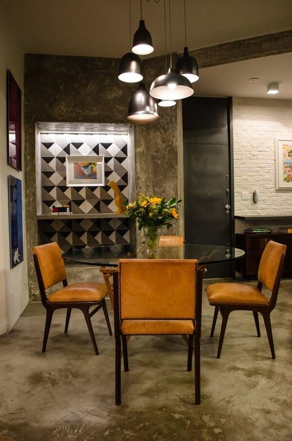 Mesa de jantar de vidro e piso de cimento queimado