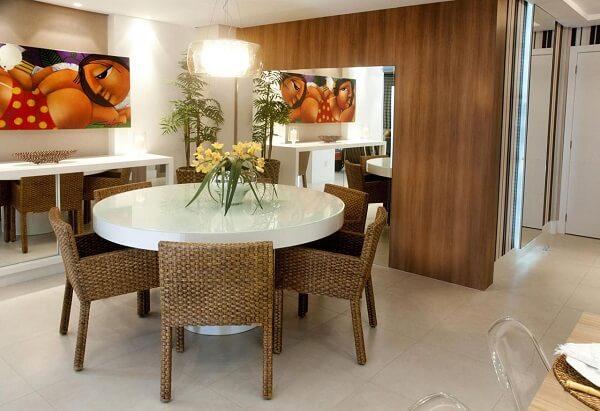 Mesa de jantar redonda branca e cadeira de vime