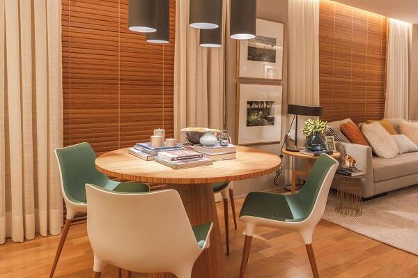 Mesa de jantar redonda feita de madeira