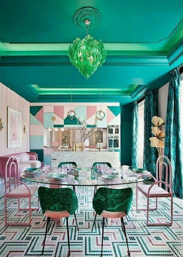 Mesa de vidro e piso com pastilhas rosa e verde