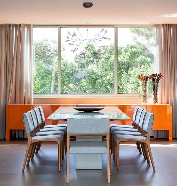 Mesa quadrada com tampo de vidro e aparador laranja