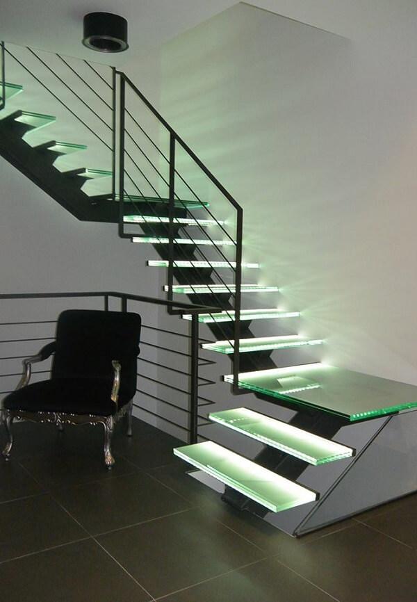 Modelo de escada de vidro com LED em tom verde
