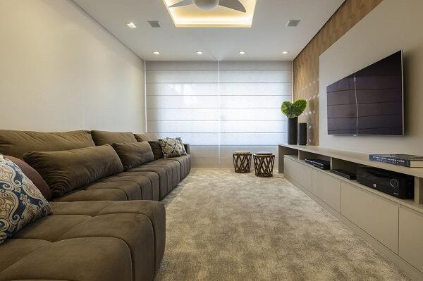 Modelo de sofá retrátil aveludado e tapete neutro