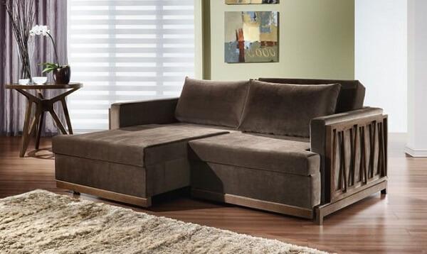 Modelo de sofá retrátil com acabamento em madeira