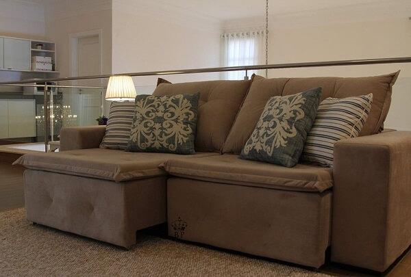 Modelo de sofá retrátil de veludo marrom