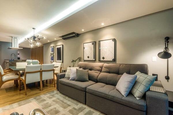 Modelo de sofá retrátil marrom e luminária cinza de parede