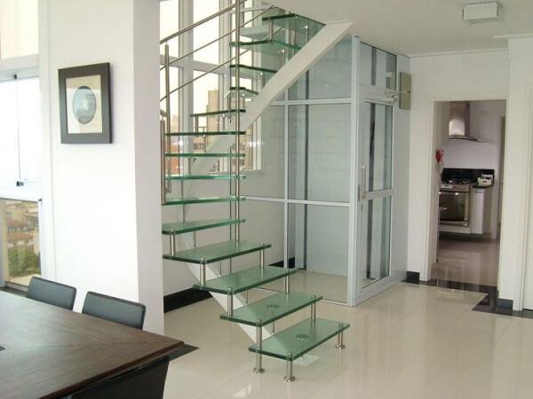 Nessa escada de vidro temperado os degraus são conectados uns com outros