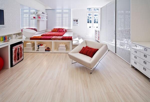 O piso laminado foi usado como revestimento para o chão do quarto