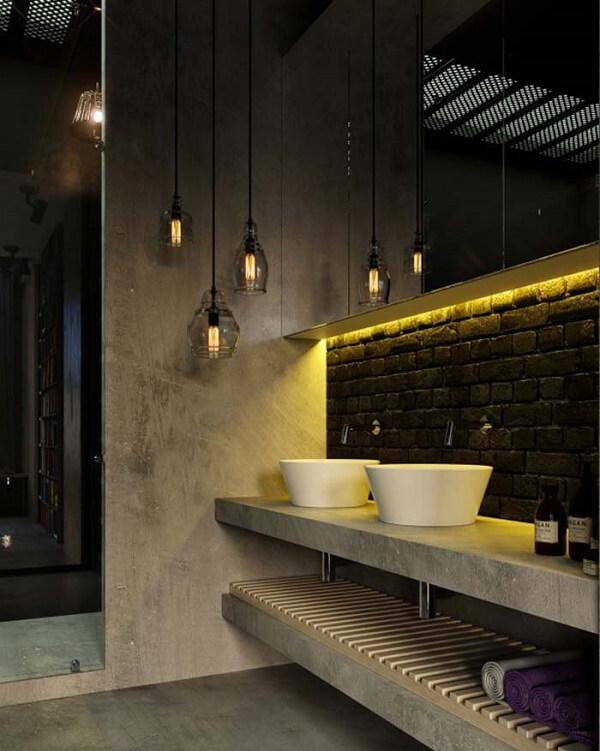 O revestimento do banheiro pode receber o acabamento com parede de tijolinho preta