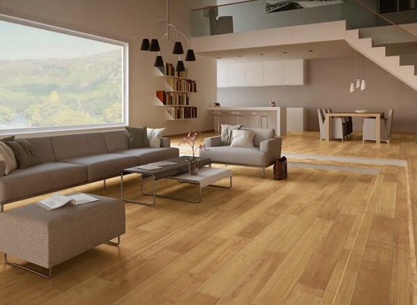 O piso laminado foi utilizado em toda a área da sala