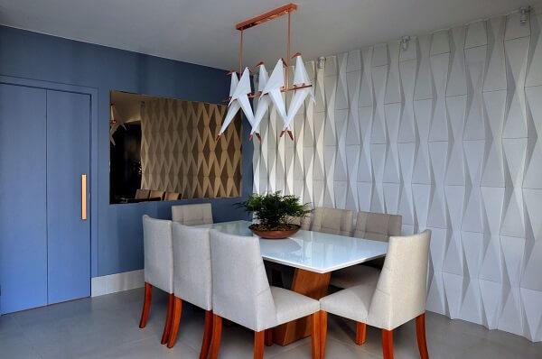 Parede com revestimento 3D branco e pintura azul