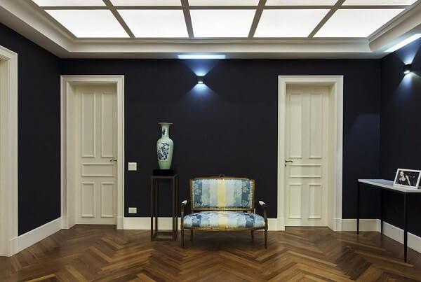 Parede preta com portas branca