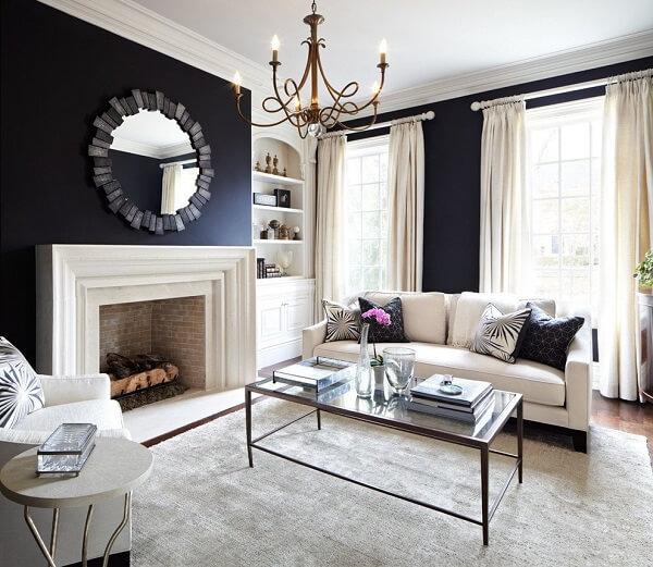 Sala de estar com parede preta e sofá branca