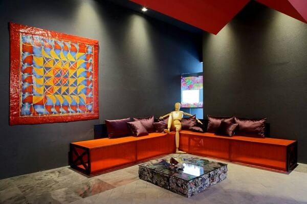Ambiente com parede preto fosco e quadro colorido