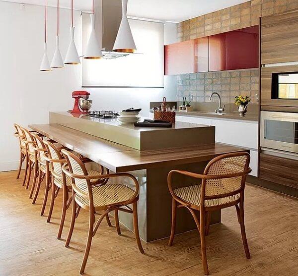 O piso laminado reveste toda a área da cozinha