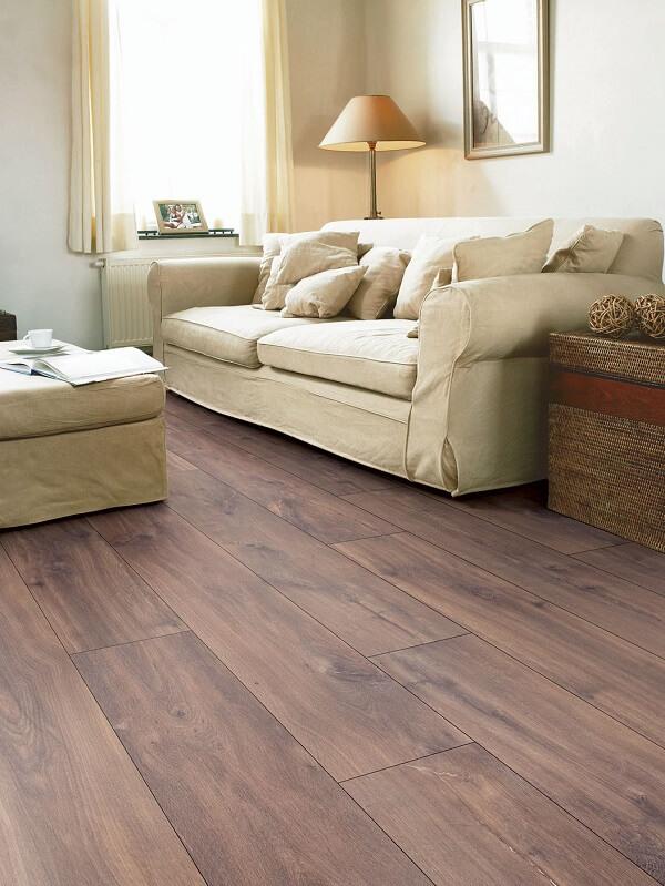 Sala de estar com decoração simples e clean