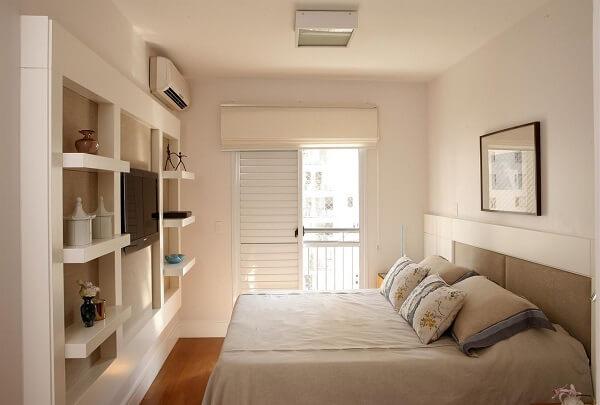 Quarto de casal com móvel em marcenaria branca e piso laminado