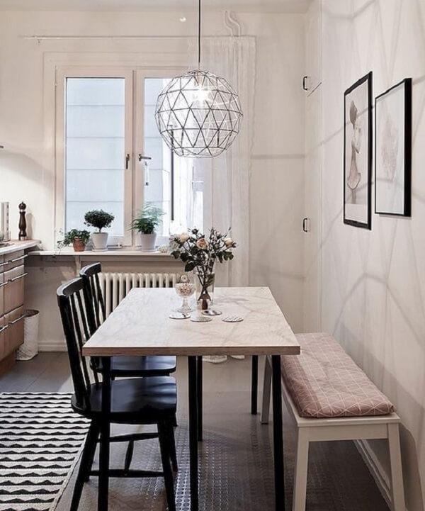 Quadros decorativos de vidro, mesa de jantar de canto e tapete com estampa