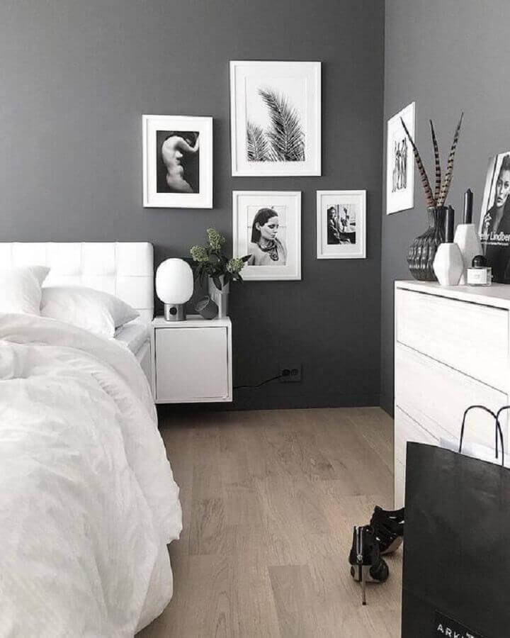 Quadros para quarto de casal posicionados na lateral da cama Foto Assetproject