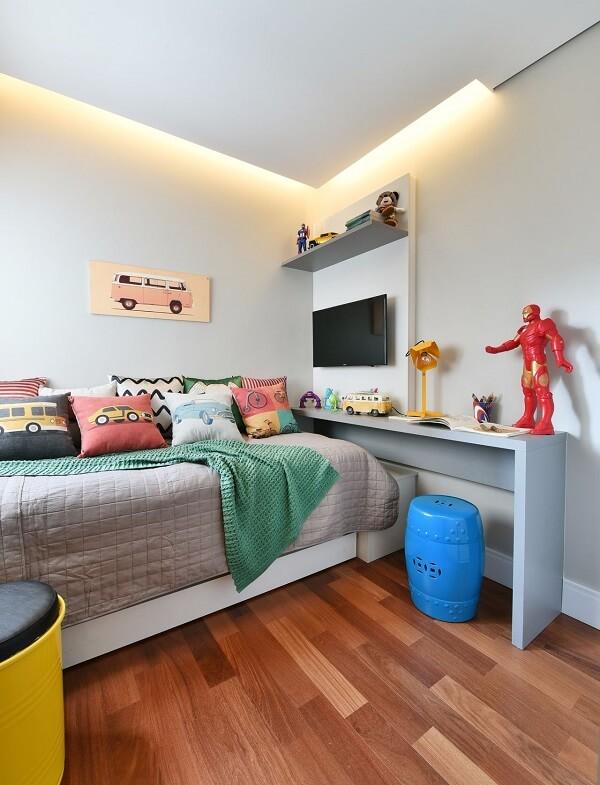 Quarto com escrivaninha planejada e piso laminado
