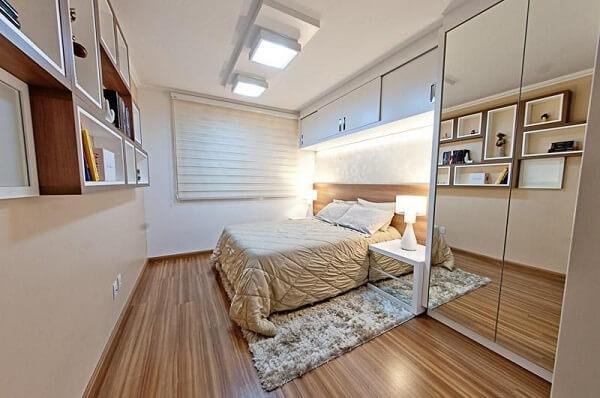Quarto de casal com armário espelhado embutido e piso laminado