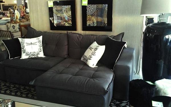 Sala de estar com sofá retrátil preto 2 lugares