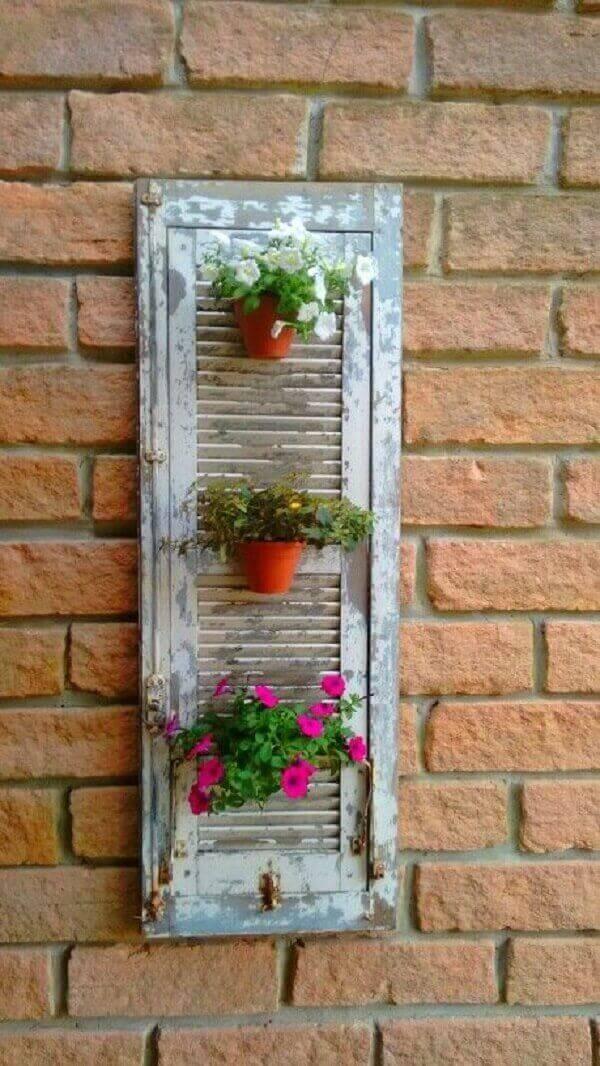 Reutilize janelas antigas e forme lindas floreirasde madeira