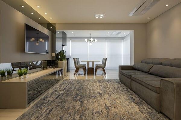 Sala ampla com móvel espelhado e sofá retrátil de veludo