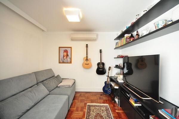 Sala compacta com sofá retrátil cinza