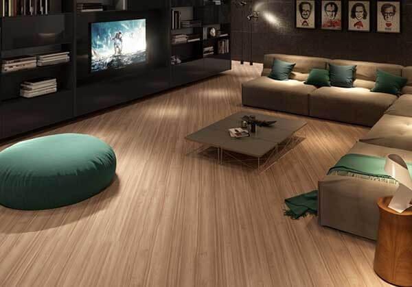Sala de Tv com puff e piso laminado claro