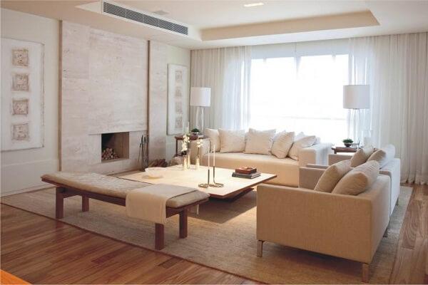 Sala de estar com lareira e piso laminado