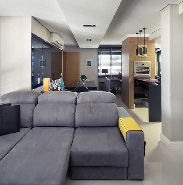 Sala de estar com sofá retrátil cinza