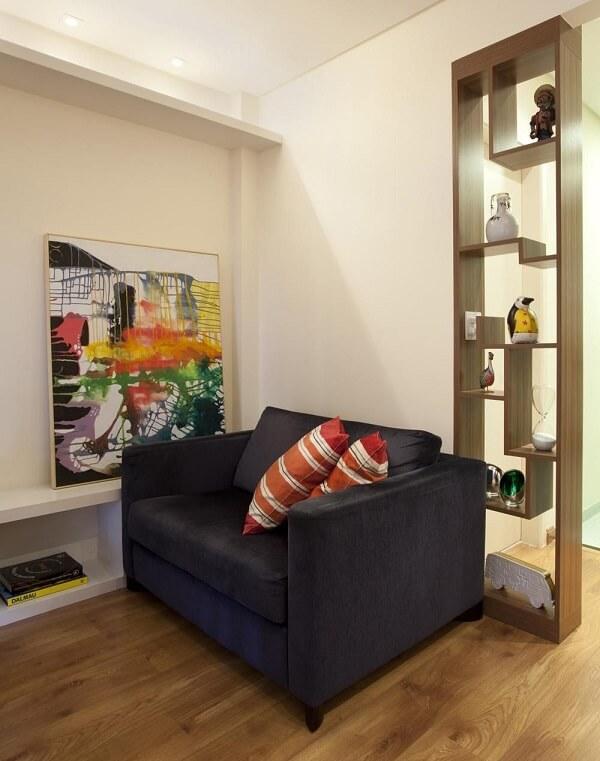 Sala de estar pequena com piso laminado claro