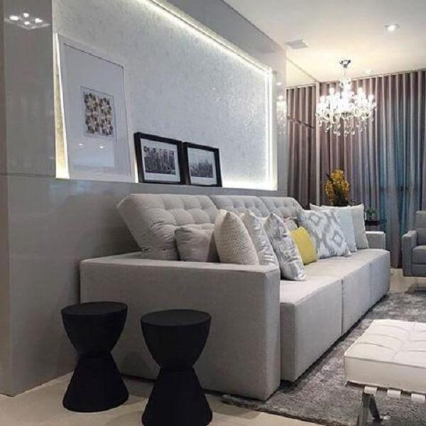 Sala de estar pequena com sofá retrátil cinza