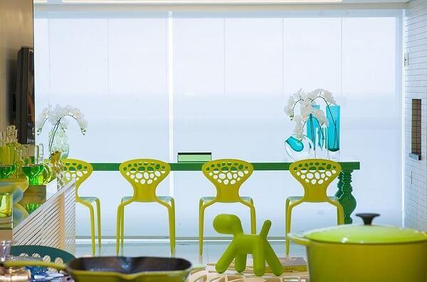Sala com mesa de jantar ampla em tom verde