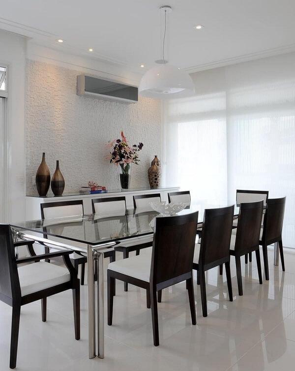 Sala com mesa de jantar de vidro ampla