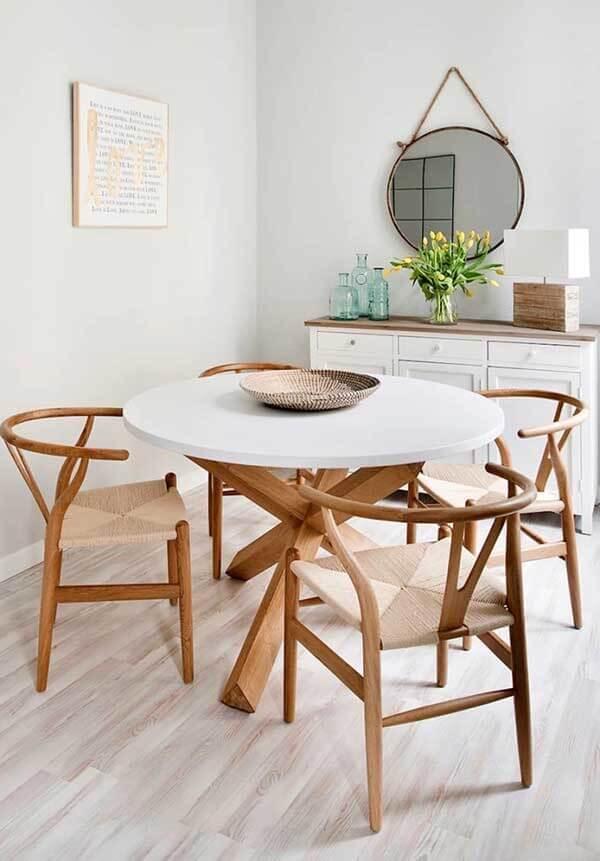Sala de jantar com mesa redonda e piso laminado claro