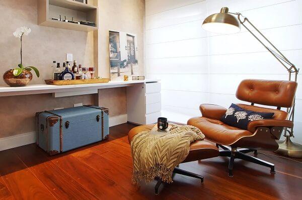 Sala de leitura com poltrona confortável e piso laminado