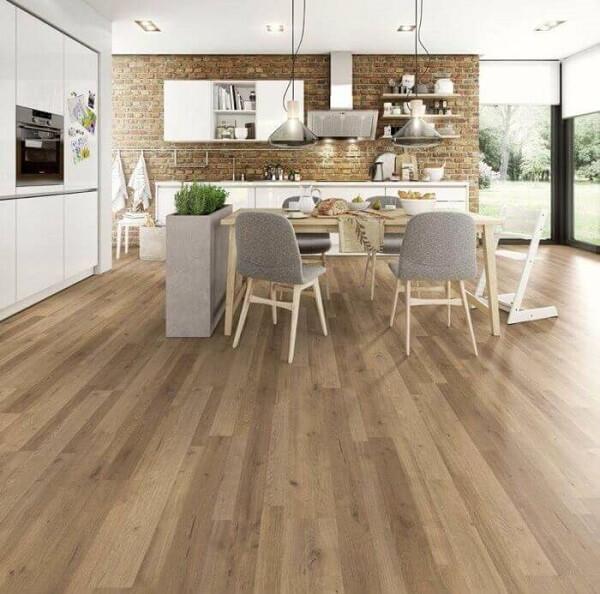 Sala de jantar e cozinha integradas com piso laminado